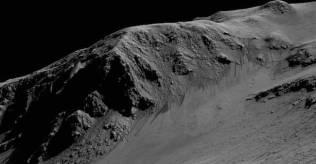 Alur gelap di Kawah Horowitz. Kredit: NASA/JPL-Caltech/Universitas Arizona