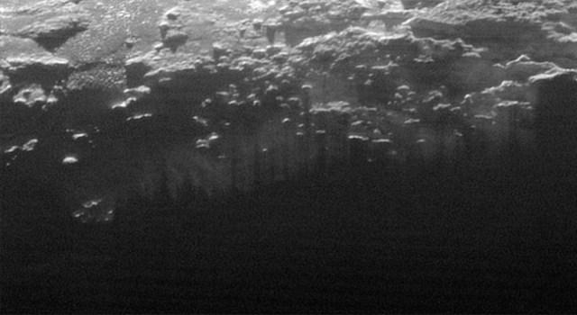 Kabut asap rendah di Pluto yang memiliki selusin lapisan tipis di dekat permukaan Pluto. Kredit: NASA/JHUAPL/SwRI