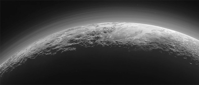 Pegunungan, Dataran beku, Kabut asap tipis di permukaan Pluto. Kredit: NASA/JHUAPL/SwRI