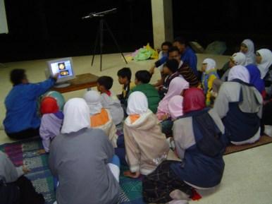 Himastron saat mengisi acara bagi anak-anak dari Pembinaan Anak Salman ITB, Desember 2004. Kredit: Himastron.