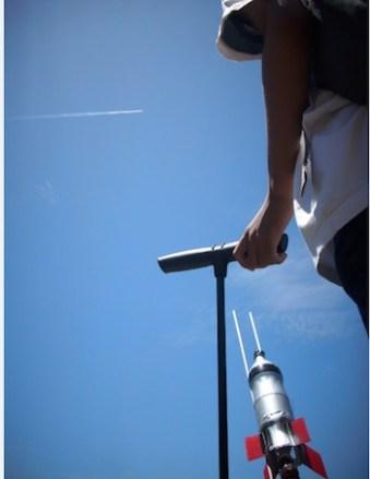 Sesi peluncuran kompetisi roket air di Lapangan Merdeka. Kredit: Aldino A. Baskoro