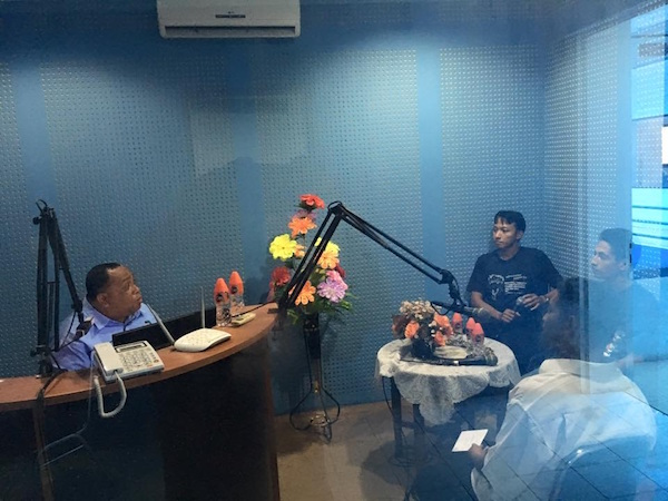 Suasana saat on air di Radio Pro 4 RRI kota Ambon. Kredit: Aldino A.Baskoro