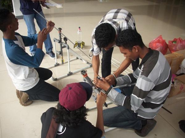 Perakitan peluncur Marsiano 2.0 di Pendopo Lapangan Merdeka bersama anggota AAC. Kredit: Aldino A. Baskoro