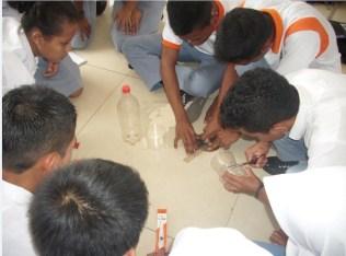 Suasana saat pembuatan badan roket oleh peserta. Kredit: Aldino A. Baskoro