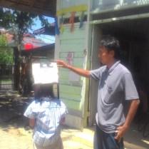 Penggunaan kamera lubang paku oleh siswa di sekolahalam minangkabau. Kredit: Aldino Adry Baskoro