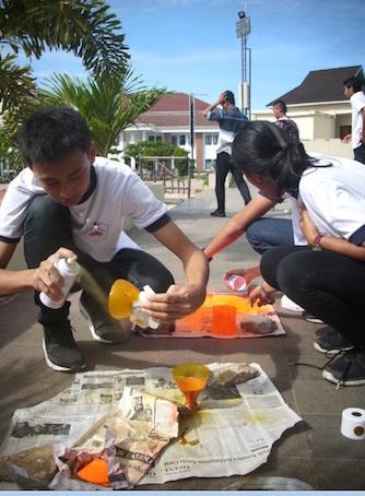 Foto 9. Suasana pembuatan roket air saat kompetisi berlangsung. Kredit: Aldino A. Baskoro