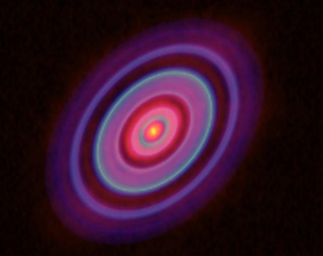 Dua celah di bintang muda ini merupakan lokasi terbentuknya bayi bintang. Kredit: ALMA (ESO/NAOJ/NRAO), Yen et al.