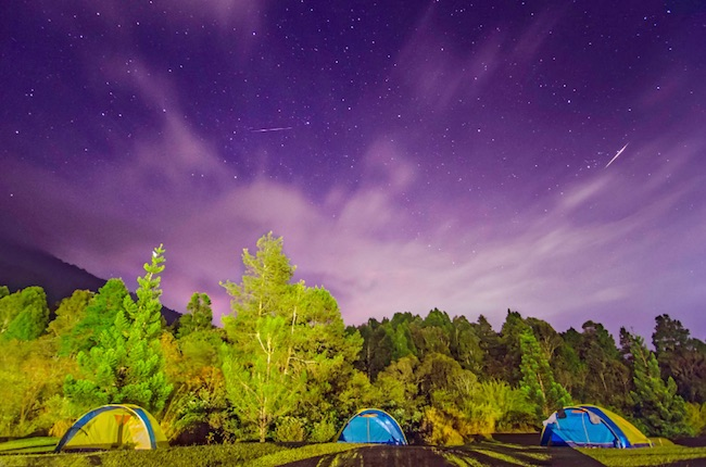 Foto diambil pada malam Hujan Meteor Perseid tanggal 13 Agustus 2016 pukul 04.31 WIB di Cibodas, Jawa Barat. Foto menunjukkan arah barat laut dengan kombinasi rasi bintang Pegasus, Andromeda dan Perseus. Arah itu juga merupakan arah kota Bogor yang polusi cahayanya memantul pada bagian bawah awan yang datang. Fotografer: Muhammad Rayhan