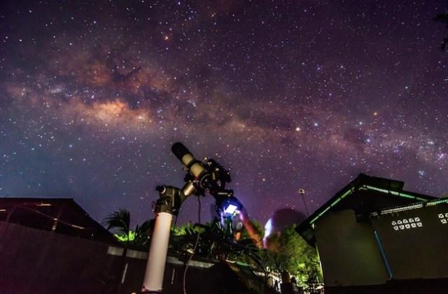 Foto diambil di Kupang, Nusa Tenggara Timur pada tanggal 14 April 2015 pukul 00.10 WITA. Lokasi pemotretan berada di tengah pemukiman warga, namun lampu taman dan lampu luar ruangan yang dimatikan sangat membantu membuat langit menjadi lebih gelap. Kredit: Muhammad Rayhan