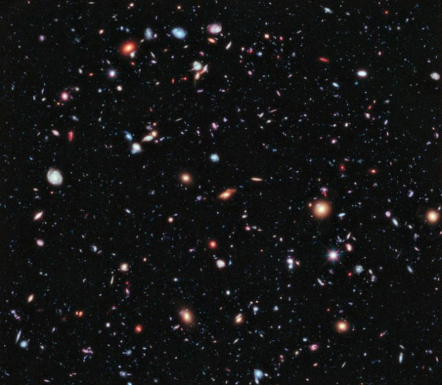 Galaksi-galaksi jauh yang dipotret Teleskop Hubble. Kredit: NASA; ESA; G. Illingworth, D. Magee, & P. Oesch, University of California, Santa Cruz; R. Bouwens, Leiden University; dan tim HUDF09