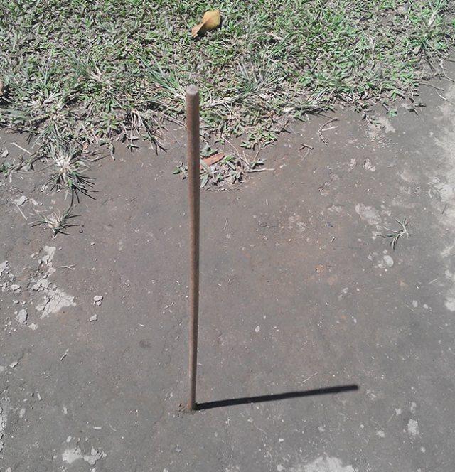 Sebuah tongkat lurus yang ditegakkan di atas permukaan tanah. Kredit: Aldino A. Baskoro