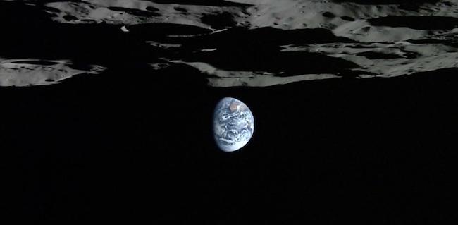 Bumi yang dipotret Kaguya dari bawah kutub selatan Bulan. Kredit: JAXA/NHK