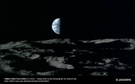 Bumi setengah di malam tahun baru yang dipotret Kaguya. Kredit: JAXA / NHK