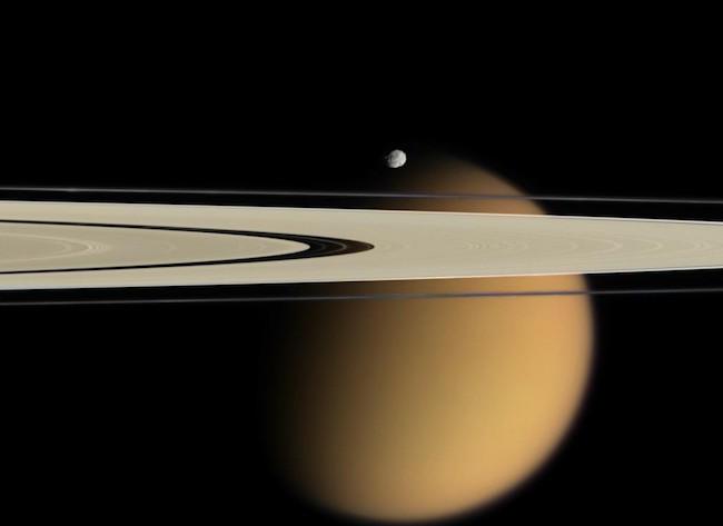 Foto Epimetheus, Titan dan cincin Saturnus yang dipotret Wahana Cassini. Kredit: ESA/NASA/JPL/Space Science Institute