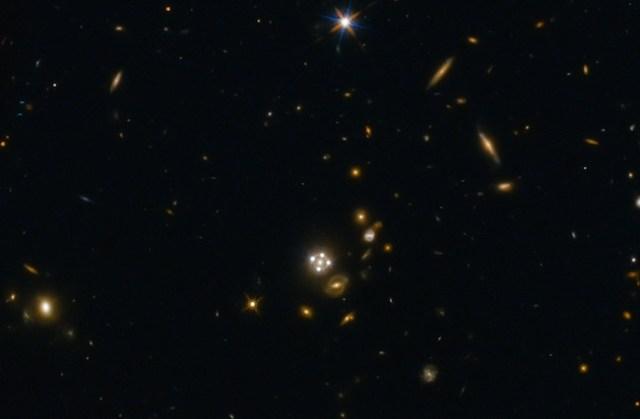 Lensa kosmik. Fenomena alam yang menjadikan galaksi yang lebih dekat sebagai lensa untuk membelokkan cahaya galaksi jauh yang melewatinya. Kredit: ESA/Hubble, NASA, Suyu et al.