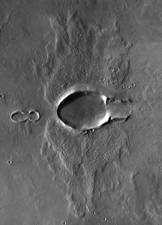 Kawah berbentuk Kupu Kupu di Mars. Kredit: NASA / JPL / UA / mosaik oleh Emily Lakdawalla