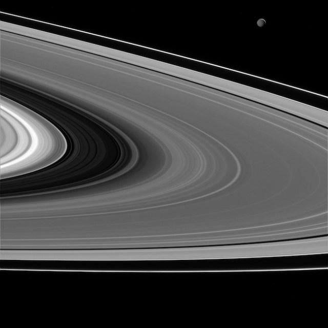 Cincin-cincin Saturnus dan salah satu bulannya, Mimas (kanan atas) dilihat dari wahana antariksa Cassini. Kredit: NASA/JPL-Caltech/Space Science Institute.