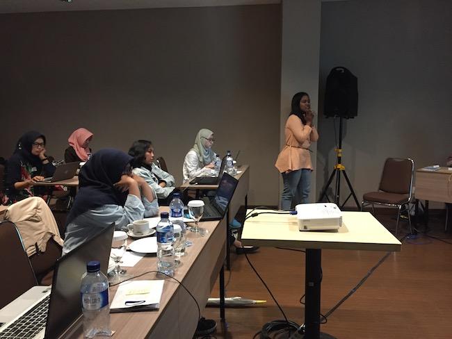 Joice dari anakbertanya.com sedang membahas tentang Anxiety Disorder di Indonesia. Kredit: langitselatan