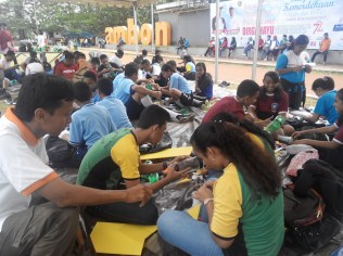 Pembuatan roket air saat kompetisi di Ambon. Kredit: Aldino Adry Baskoro.