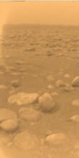 Foto berwarna pertama dari pemrukaan Titan yang dipotret penjejak Huygens milik ESA. Kredit: ESA/NASA/JPL/University of Arizona