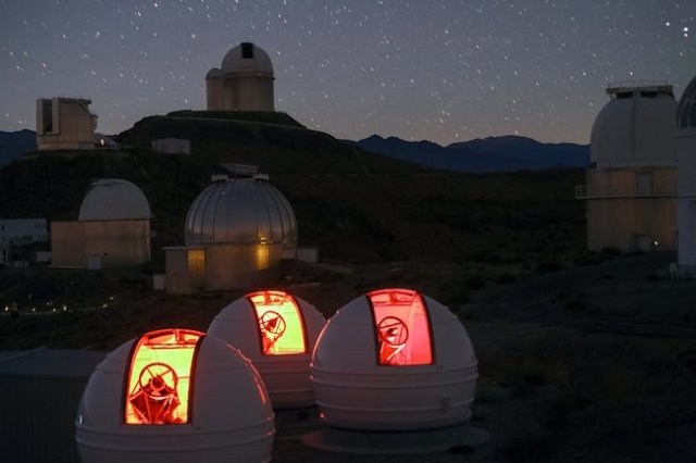 Teleskop ExTrA di Observatorium La Silla, Chille. Kredit: ESO/Emmanuela Rimbaud