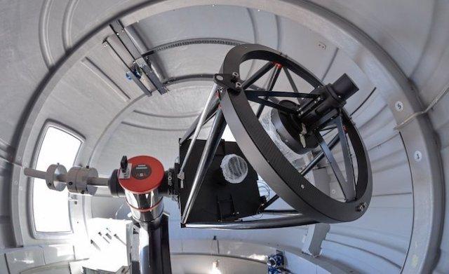 Teleskop ExTrA 60 cm yang dibangun untuk berburu planet seukuran Bumi. Kredit: ESO/Petr Horálek