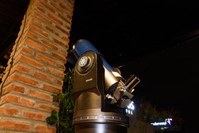 Teleskop yang diungsikan karena gerimis. Kredit: Edward Taufiqurrahman.