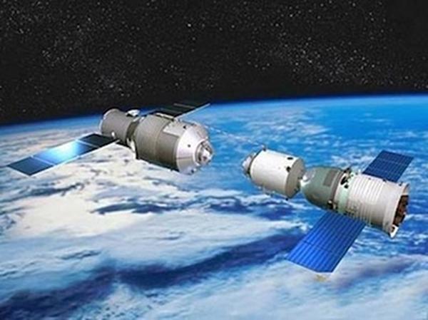 Gambar 3. <em>Tiangong-1</em> (kiri) dalam proses menambat dengan wantariksa berawak <em>Shenzou</em> (kanan) dalam gambaran artis yang dipublikasikan badan antariksa nasional Cina. Sebagai prototip stasiun antariksa moduler, dimensi <em>Tiangong-1</em> tidak lebih panjang ketimbang <em>Shenzou</em>. Karena yang diuatamakan adalah ujicoba kemampuan tambat dan berlabuh, baik secara otomatis ataupun manual. Sumber: CNSA, 2012.