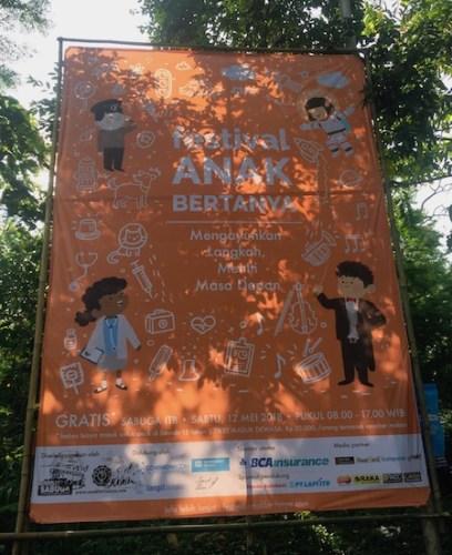 Baliho Festival Anak Bertanya 2018 di pintu masuk SABUGA ITB. Kredit: langitselatan