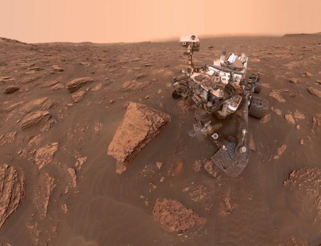 Swafoto rover Curiosity dari situs pengeboran Duluth di lereng Gunung Sharp, Kawah Gale. Kredit: NASA/JPL-Caltech/MSSS