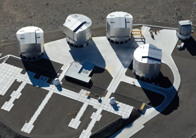 Very Large Teleskop milik ESO, terdiri dari 4 teleskop utama dan 4 teleskop kecil tambahan. Kredit: Credit: ESO/G.Hüdepohl (atacamaphoto.com)