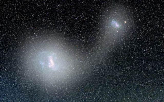 Pasangan galaksi katai Awan Magellan Besar dan Kecil beserta jembatan gas di antara keduanya. Kredit: AV. Belokurov / D. Erkal / A. Mellinger.