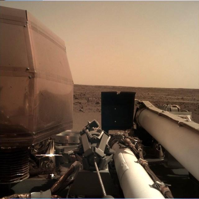 Citra yang diambil InSight setelah panel surya dan lengan robotik dibentangkan. Kredit: NASA/JPL-Caltech