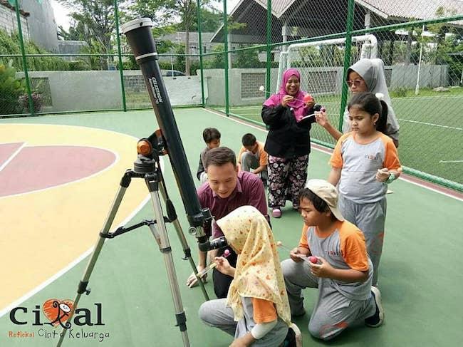 Kegiatan Surabaya Astro Club bersama siswa. Kredit: Surabaya Astro Club