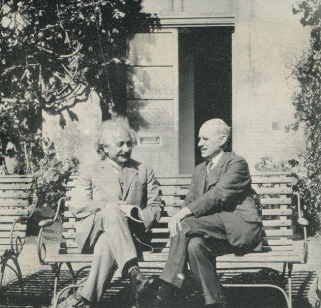 Pertemuan Albert Einstein dan Artur Eddington pada 1930 di Observatory in Cambridge. Kredit: Galeri Potret Nasional, London / The Royal Observatory Greenwich