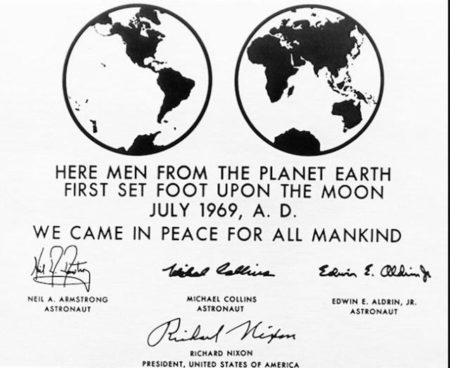 Replika plak yang ditinggalkan oleh astronot Apollo 11 di Bulan. Kredit: NASA