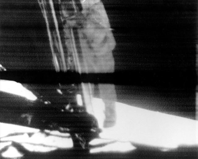 Gambar reproduksi siaran TV ditayangkan pada 20 Juli 1969, ketika Neil Armstrong menuruni tangga untuk menginjakkan kaki di Bulan. Kredit: NASA