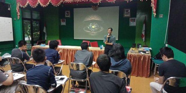 Widya Sawitar adalah peserta pengajar di Olimpiade Sains Nasional di Planetarium dan Observatorium Jakarta. Kredit: Eka Widyandari