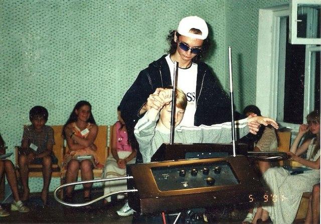 Anton Kershenko memainkan theremin dengan siswa. Sumber: Wikipedia