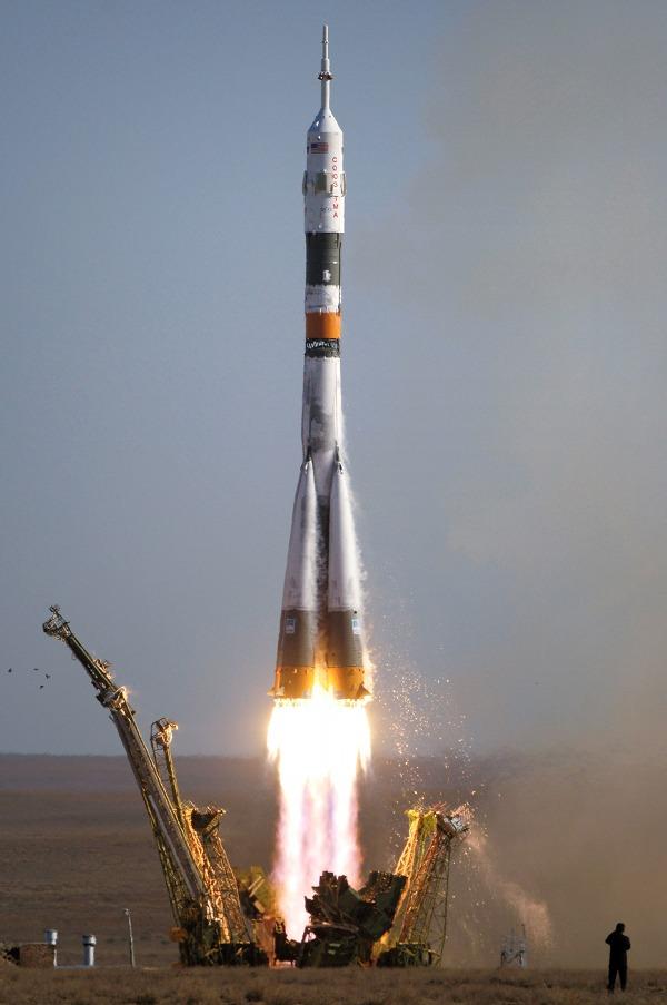 Gambar 2. Roket Soyuz-FG saat mulai lepas landas dari Kosmodrom Baikonur (Kazakhstan) pada 18 September 2006 TU mendorong wantariksa Soyuz TMA di hidungnya ke stasiun antariksa ISS. Kecuali sejumlah modifikasi di bagian atas, bentuk dasar roket ini diturunkan dari R-7 Semyorka, rudal balistik antarbenua operasional pertama milik Uni Soviet. Sumber: NASA, 2006.