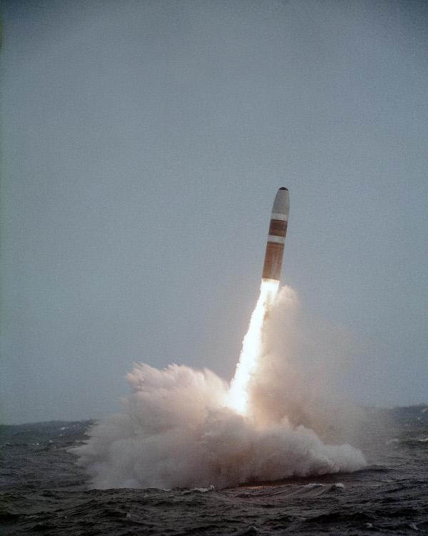 Gambar 3. SLBM, varian rudal balistik antarbenua yang diluncurkan dari kapal selam. Peluncuran rudal Trident yang berdaya jangkau 7.400 km ini adalah bagian dari ujicoba peluncuran 9 Oktober 1984 TU. Rudal diluncurkan dari kapal selam nuklir SSBN 658 Mariano G Vallejo milik Angkatan Laut Amerika Serikat. Sumber: US Navy, 1984.