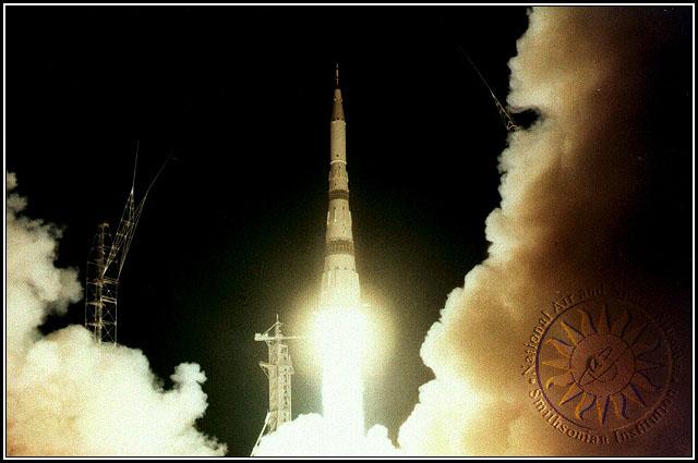 Gambar 8. Saat-saat roket raksasa N-1 mulai mengangkasa dari kosmodrom Baikonur, Kazakhstan (saat itu Uni Soviet). Kemungkinan dalam uji terbang yang kedua (3 Juli 1969 TU) atau yang ketiga (26 Juni 1971 TU). Sumber : Smithsonian, 2019.