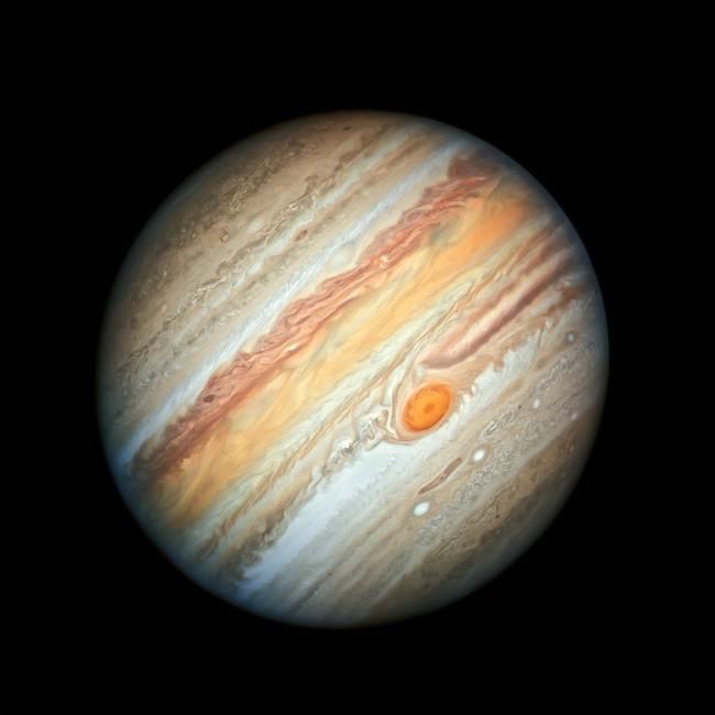 Jupiter 100 kali lebih besar daripada Bumi, bahkan lebih! Planet gas raksasa ini memiliki massa dua setengah kali lebih besar daripada jumlah total massa planet-planet lain di Tata Surya. Kredit: NASA, ESA, A. Simon (Goddard Space Flight Center), dan M.H. Wong (University of California, Berkeley).