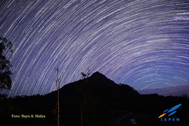 Star trail dari Gunung Timau, NTT. Kredit: Bayu & Mulya / LAPAN