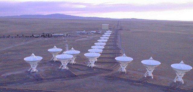 Gambar 5. Salah satu contoh interferometer radio. Baseline yang dimaksud merupakan jarak antar susunan teleskop radio. Kredit: National Radio Astronomy Observatory