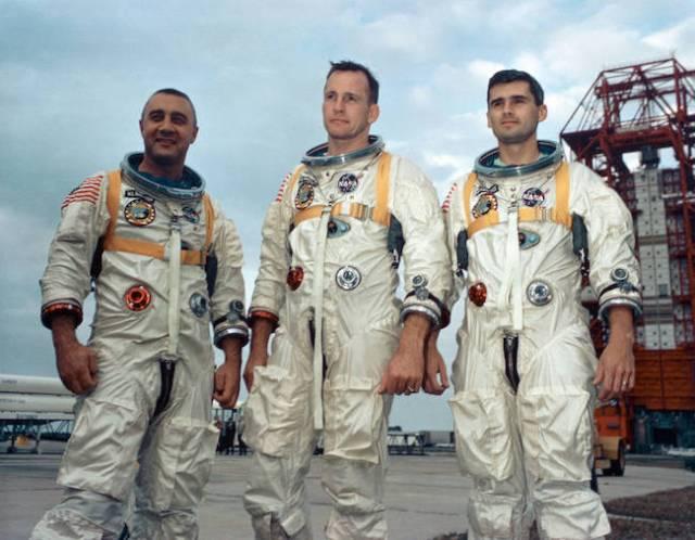Kri Apolo 1 dalam kenangan. Dari kiri, astronaut Gus Grissom, Ed White II dan Roger Chaffee yang meninggal dalam uji coba misi Apollo 1 pada tanggal 27 Januari 1967. Kredit: NASA