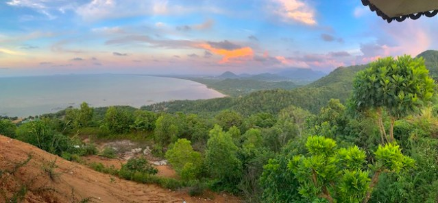 Pemandangan dari Bukit Rindu Alam, Singkawang. Kredit: Avivah Yamani