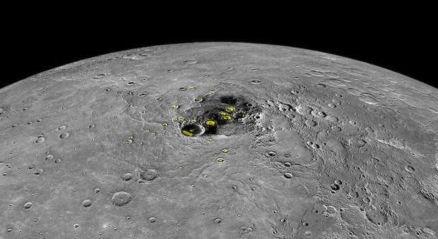 Kutub utara Merkurius tempat air es abadi. Kredit: NASA