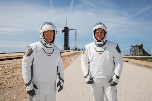 Astronot NASA Douglas Hurley (kiri) dan Robert Behnken (kanan) yang berpartisipasi dalam Misi Demo Naga-2 Crew Dragon. Misi tersebut diawaki oleh perusahaan swasta Space-X. Kredit: NASA / Kim Shiflett