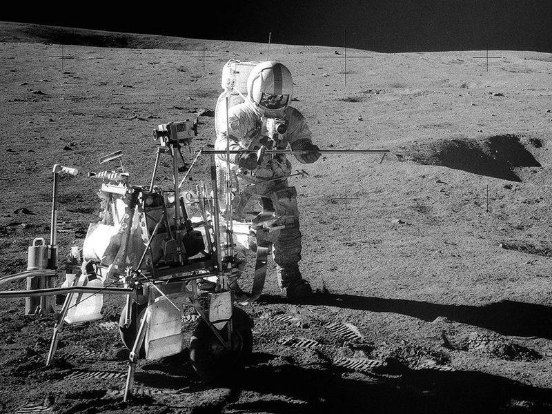 Kru Apollo 14, astronaut Alan Shepard saat menyiapkan perlatan di Bulan. Kredit: NASA